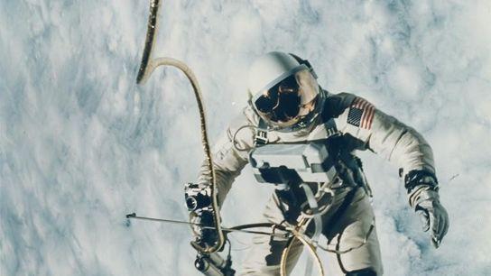 Sur cette photo prise en 1965 par l'astronaute James McDivitt, son collègue Ed White flotte à ...