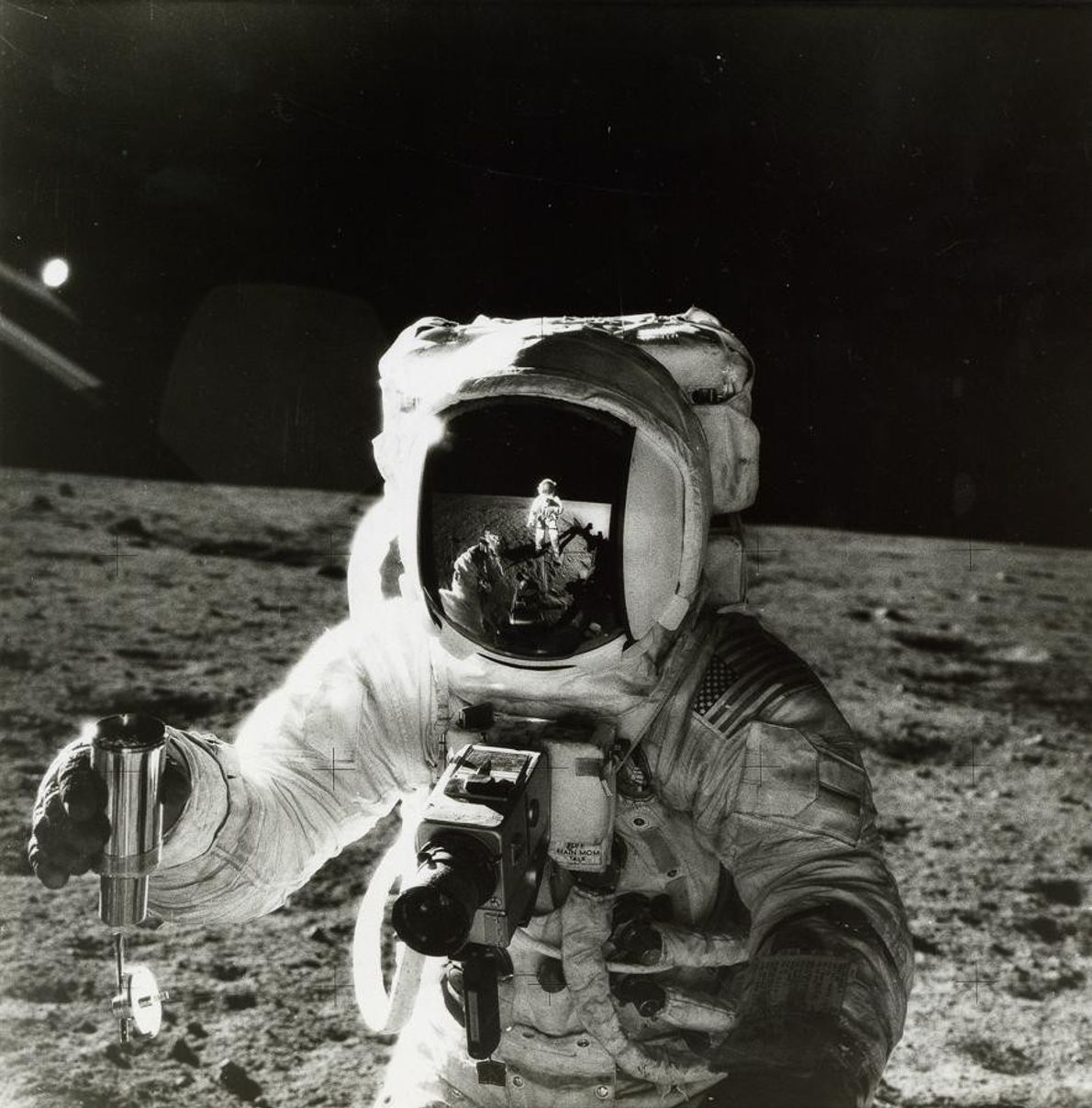 Sur cette photo prise en 1969 lors de la mission Apollo 12, l'astronaute Alan Bean tient ...