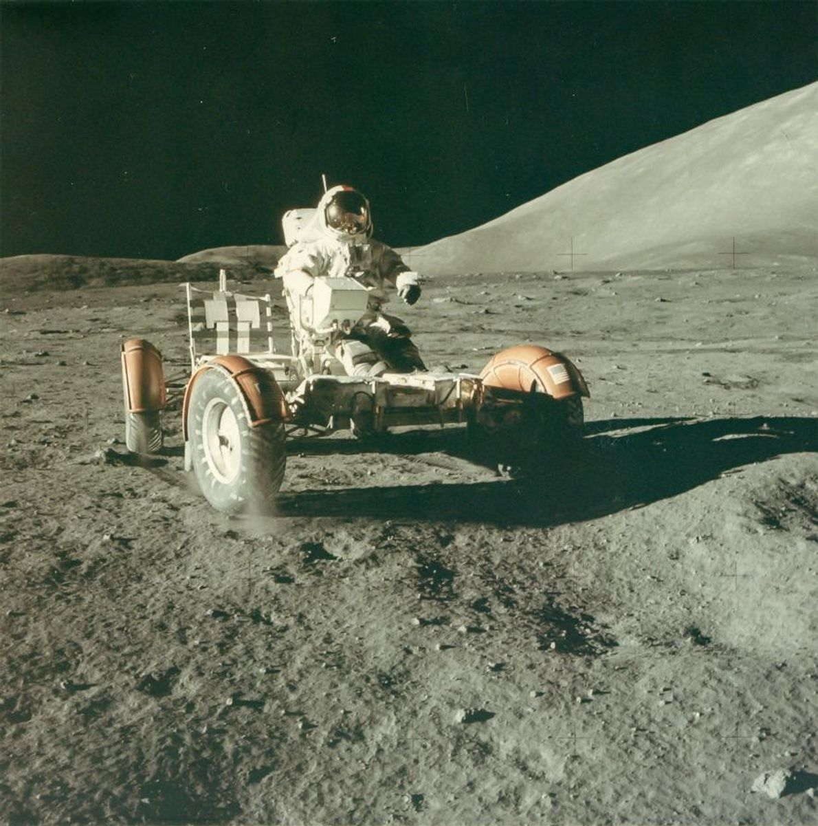 L'astronaute Eugene Cernan teste le rover lunaire sur la Lune. Cette photo a été prise en ...