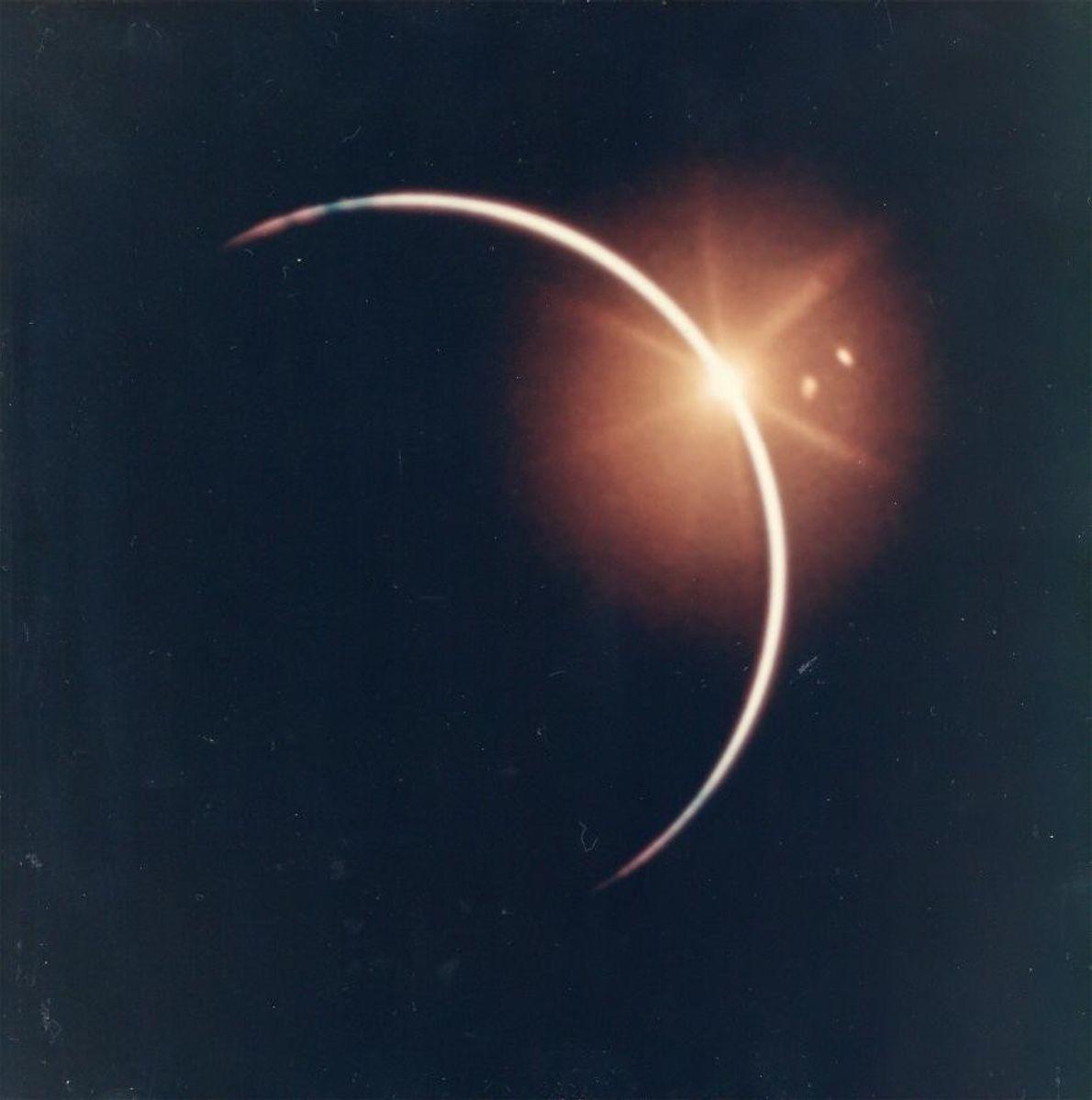 « Après une éclipse solaire par la Terre, on pouvait apercevoir une grande lumière blanche au ...
