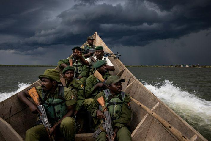 Les rangers patrouillent au lac Édouard, une zone des Virunga prisée par les milices pour ses ...