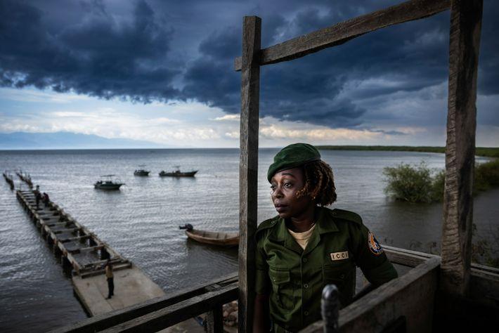 Chantal Kahinda Vinywa, ranger chargée de la conservation, surveille la zone depuis son poste d'observation au ...