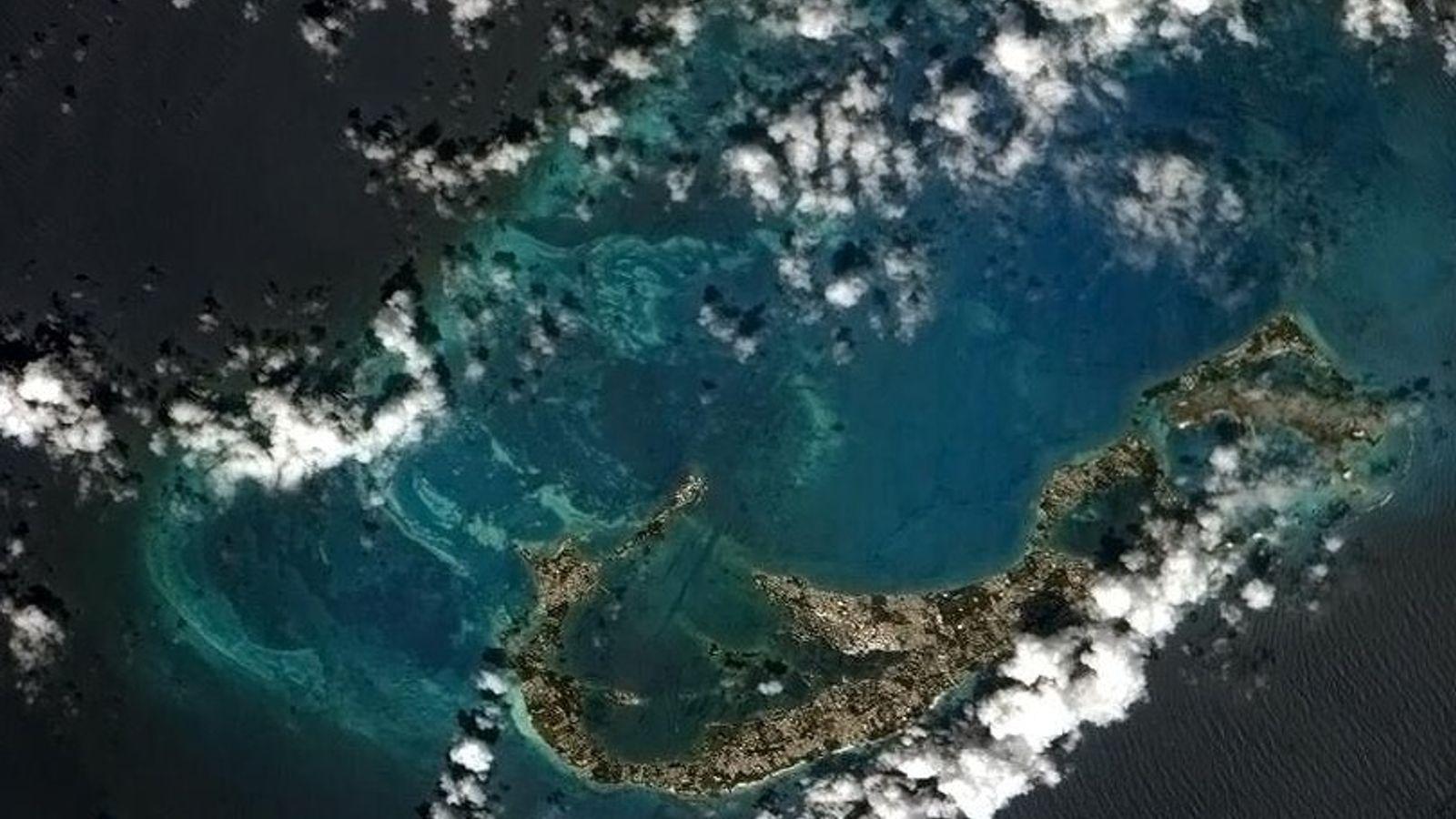 L'île des Bermudes, ici sur une photo prise depuis la Station spatiale internationale, repose sur l'enveloppe ...