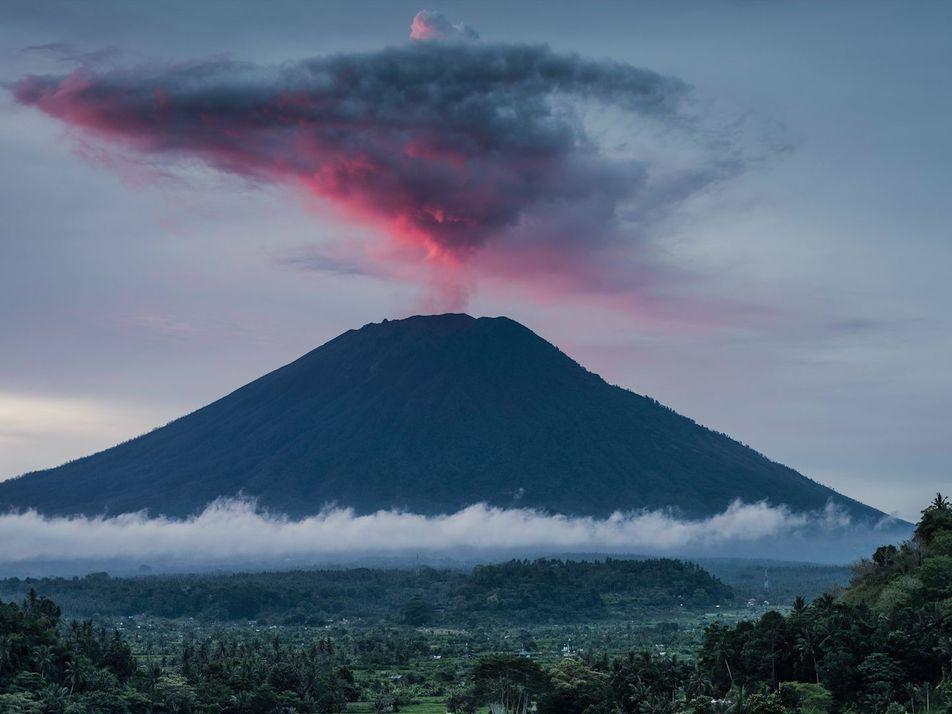 Pourquoi certains volcans crachent-ils des ronds de fumée ?