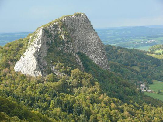 À la découverte du parc naturel régional des volcans d'Auvergne, bassin vert de la France