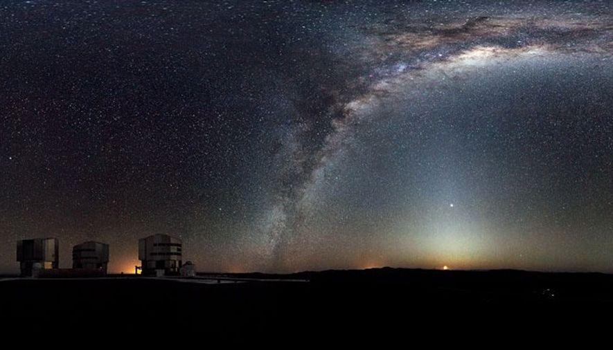 Cette arche merveilleuse est notre maison: la galaxie spirale appelée la Voie lactée, dont un bras ...