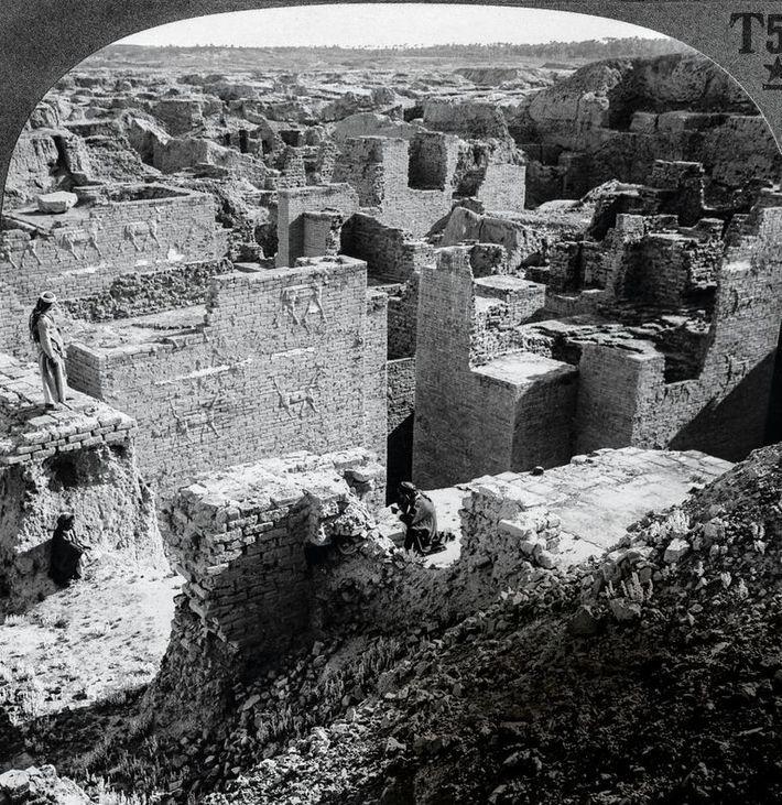 La caméra capture l'étendue des murs de Babylone, photographiés au début du 20e siècle. Les reliefs ...