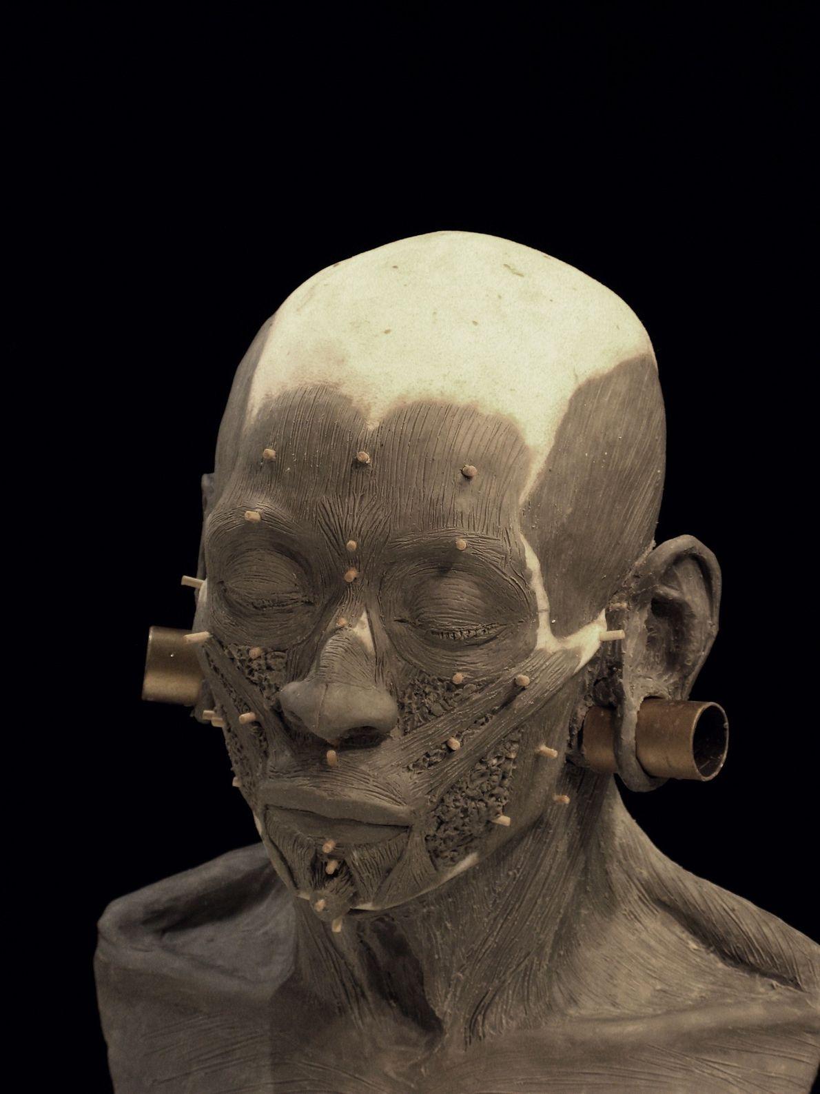 Des copies des boucles d'oreilles en or découvertes dans la tombe de la reine ont été ...