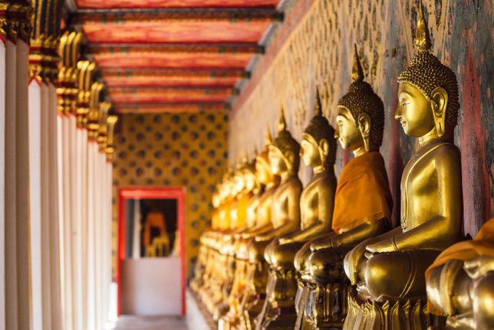 Une rangée de bouddhas dans le temple de Wat Arun.