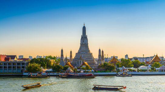 Le temple Wat Arun photographié à l'aube à Bangkok en Thaïlande.