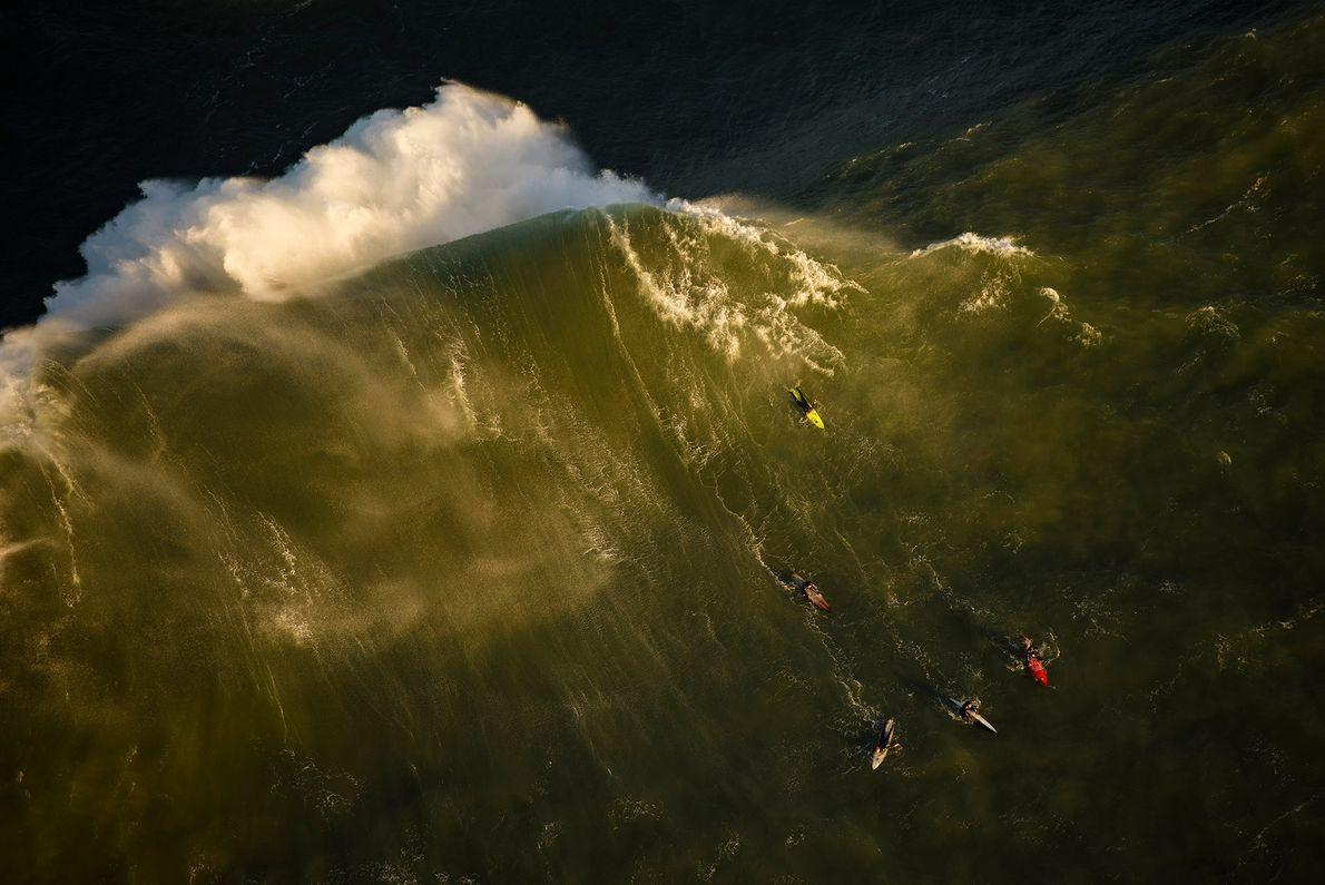 À Half Moon Bay en Californie, des surfeurs s'affrontent lors de la compétition de surf Titans ...