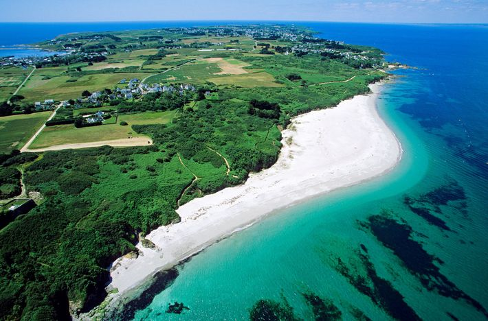 Le soleil brille sur la côte de l'île de Groix, où les visiteurs peuvent explorer les ...
