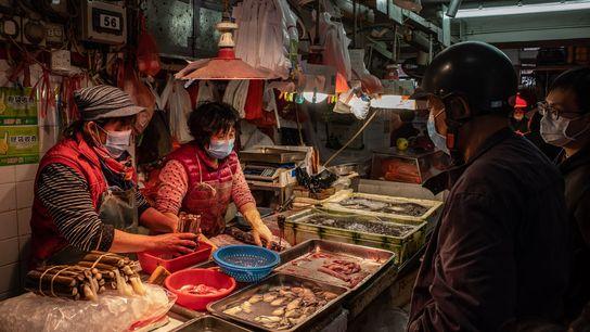 Les marchés humides, comme celui de Macau ici en photo, abondent en Asie. Ils vendent des ...