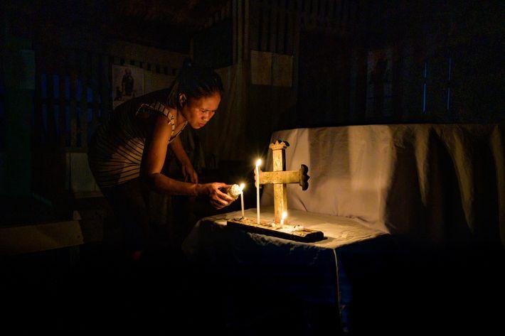 Marites Babanto est une cheffe tribale Manobo. Dans la chapelle flottante, elle prie pour que le marais ...
