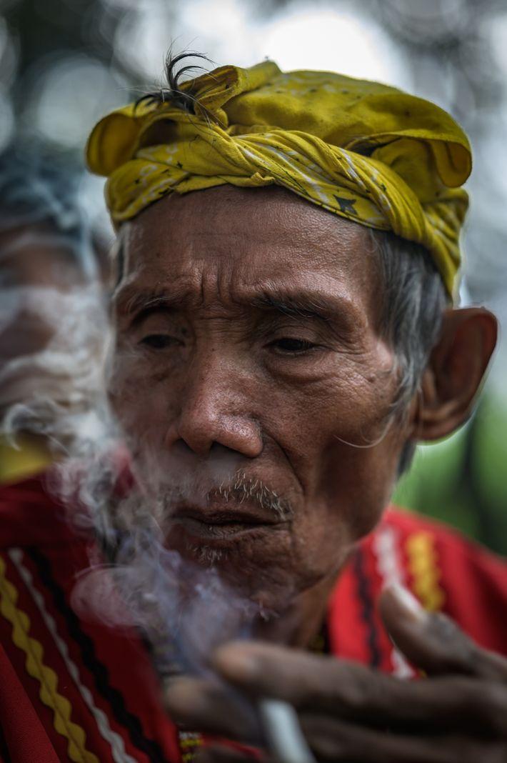 Sage tribal, Apo Francisco vit sur le lac Benuni, dans le marais d'Agusan. À l'aide d'une lance ...