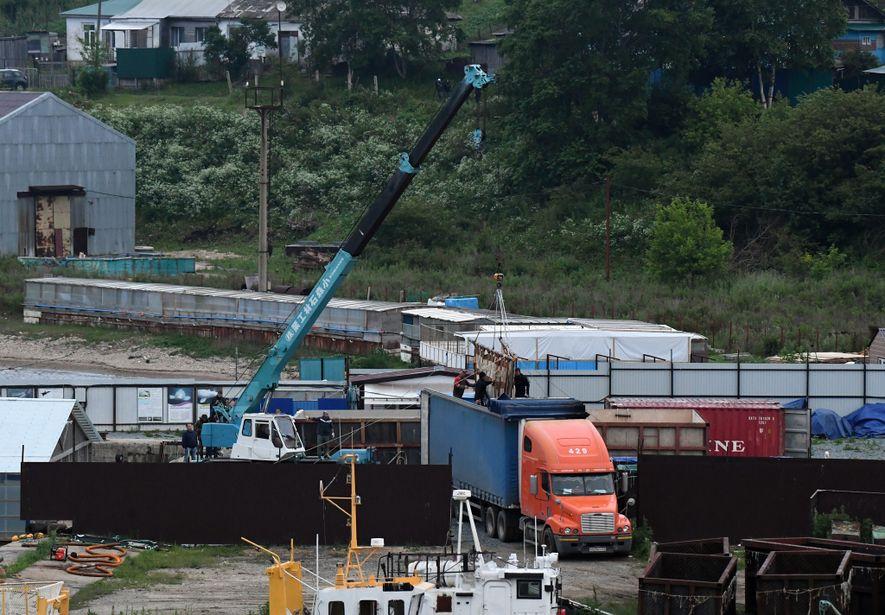 Une orque est déposée à l'aide d'une grue dans un camion de transport. Le voyage jusqu'au point de remise en liberté pourrait prendre jusqu'à cinq jours, par camion et bateau. Les autorités n'ont pas encore annoncé si les animaux allaient être immédiatement relâchés à leur arrivée.