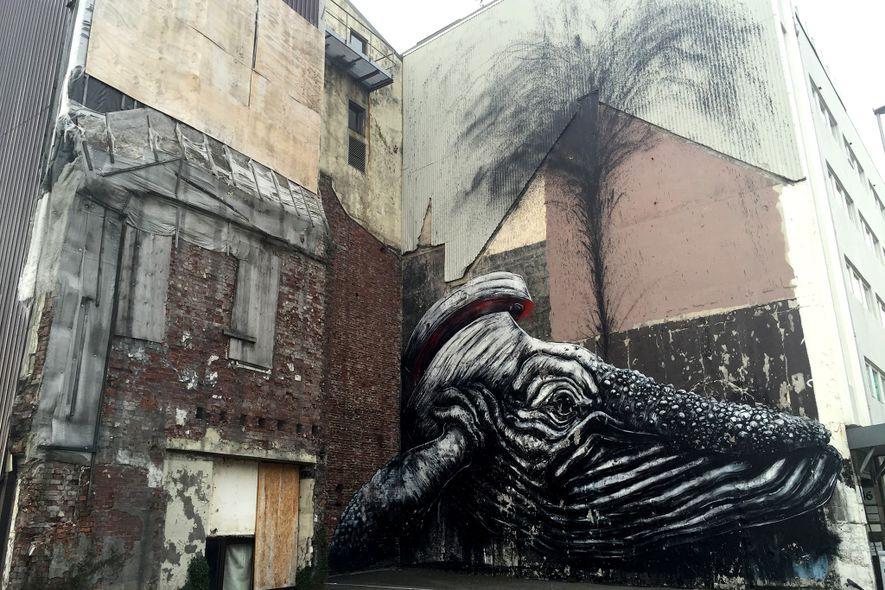 L'artiste Roa représente une baleine ouverte en deux, rejetant du sang et de l'huile, sur le ...