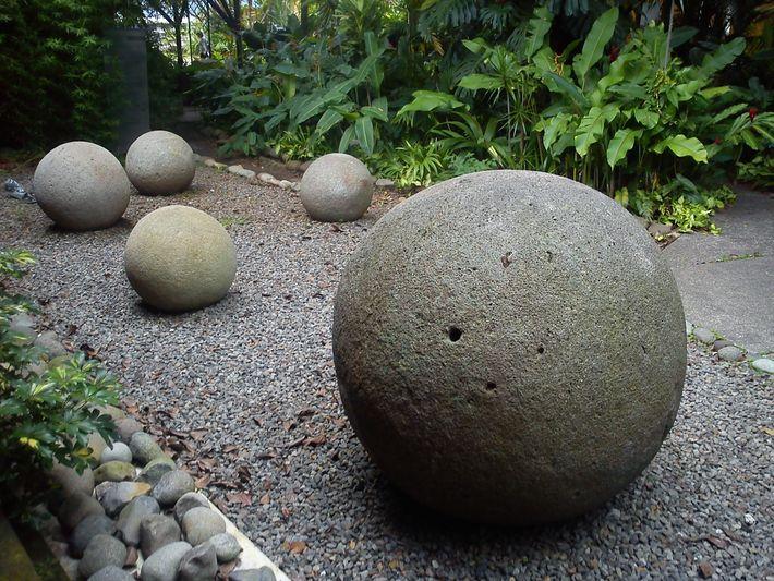 Les sphères de pierre, exposées au Musée national du Costa Rica ont été retrouvées dans des ...
