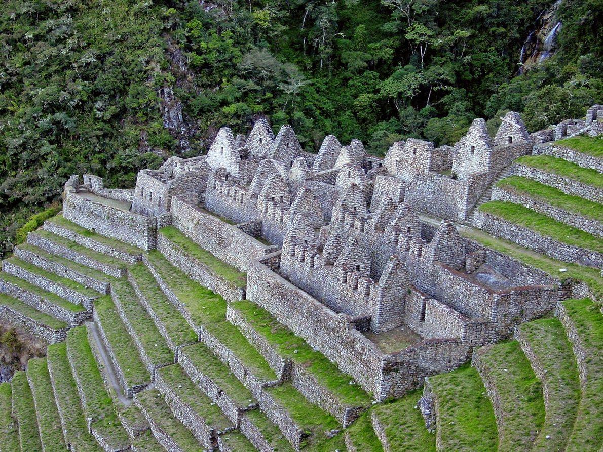 Construites en terrasse sur une colline verdoyante qui surplombe le río Urubamba, les ruines incas de ...