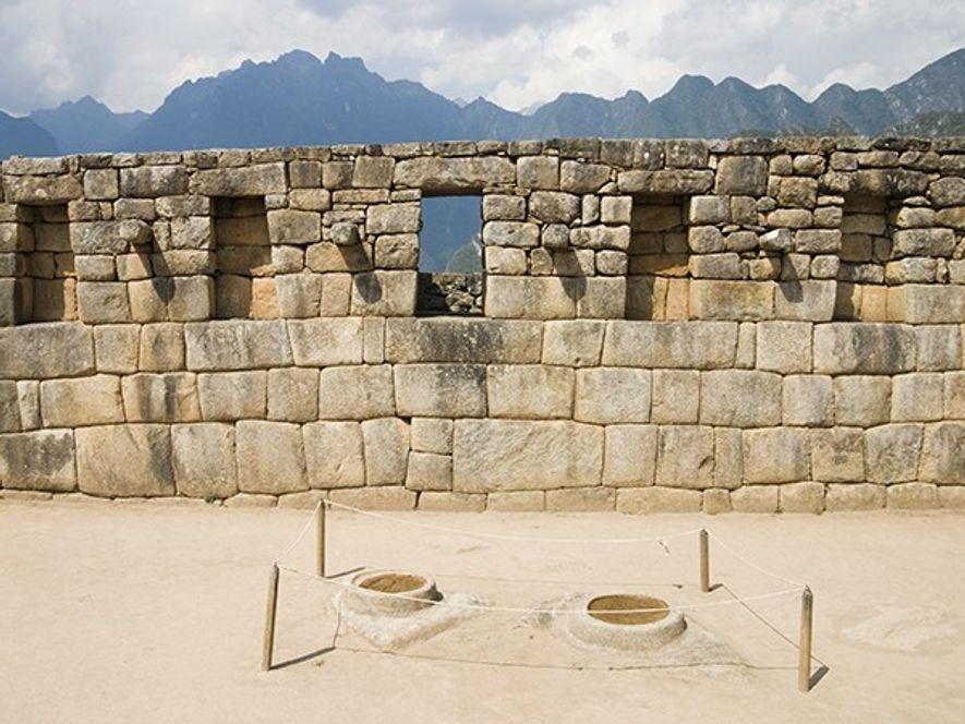 Selon les archéologues, ces plats en pierre peu profonds étaient remplis d'eau et servait à l'observation ...