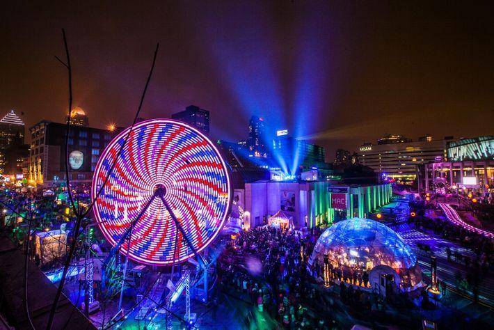 Les villes se transforment en pays des merveilles hivernaux lors des festivals, comme Montréal en Lumière, ...