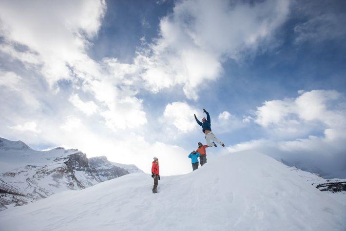 Dès les premières neiges, les visiteurs découvrent un Canada authentique et éblouissant, et s'adonnent aux innombrables ...