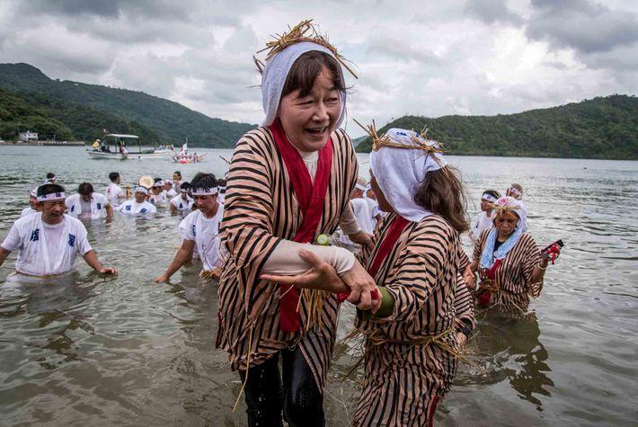 Des célébrations comme le festival Ungami, qui se tient à Shioya Bay et célèbre ledieu de ...