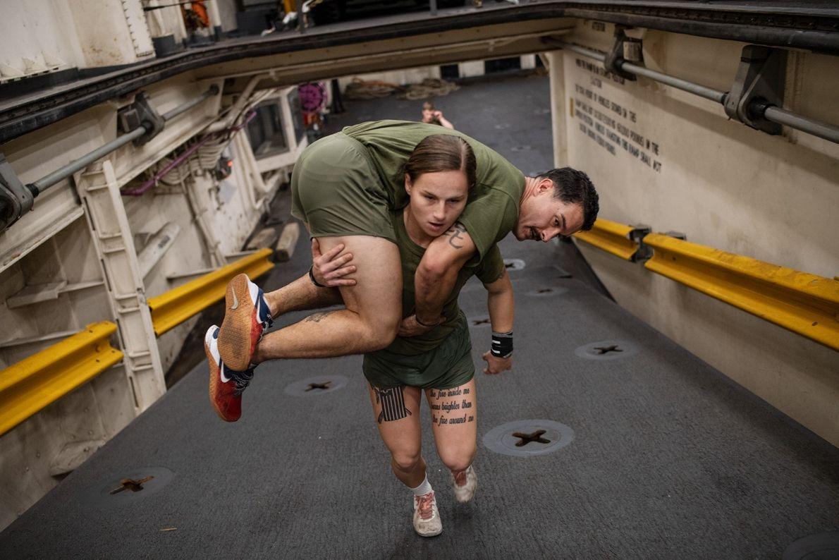 Aux États-Unis, les soldats du corps des Marines doivent être capables de se porter si la ...