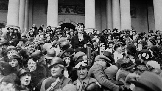 Pauline Morton Sabin, l'une des meneuses du mouvement anti-prohibition, est soulevée par la foule pendant une manifestation ...