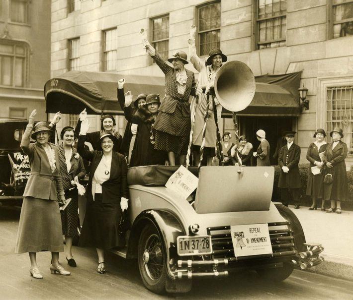 Les membres de l'Organisation des femmes pour la réforme nationale de la prohibition se préparent à lancer  ...