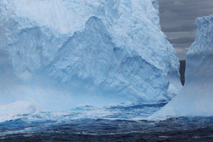 Les icebergs se forment au bord de la plateforme glaciaire de l'Antarctique au cours d'un processus ...
