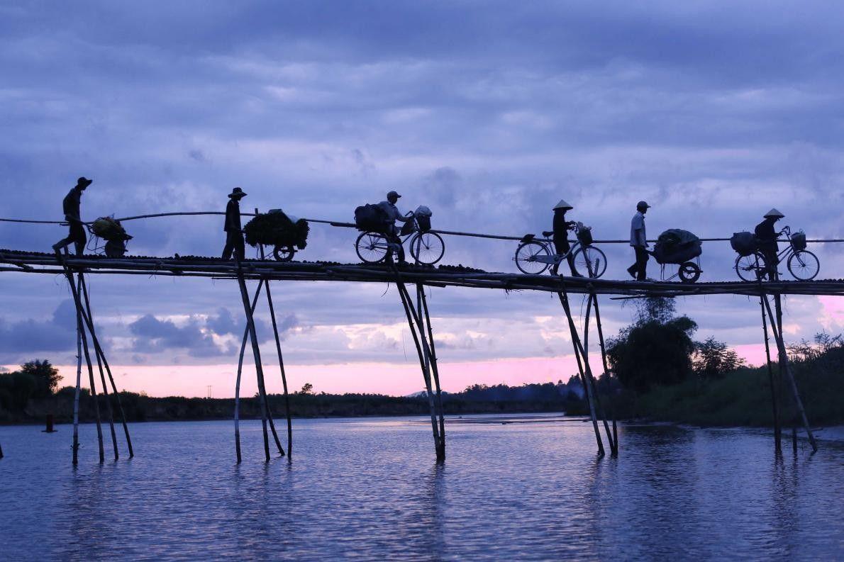 « Ce pont est fait de bambou et a été construit par les habitants des villages ...