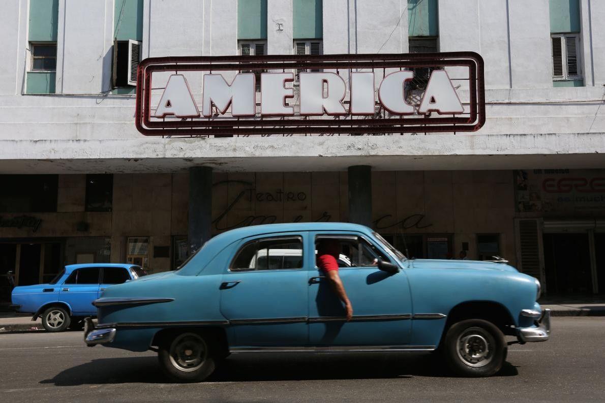 """« Une vieille voiture passe devant le """"Teatro América"""" à la Havane, sur l'île de Cuba. ..."""