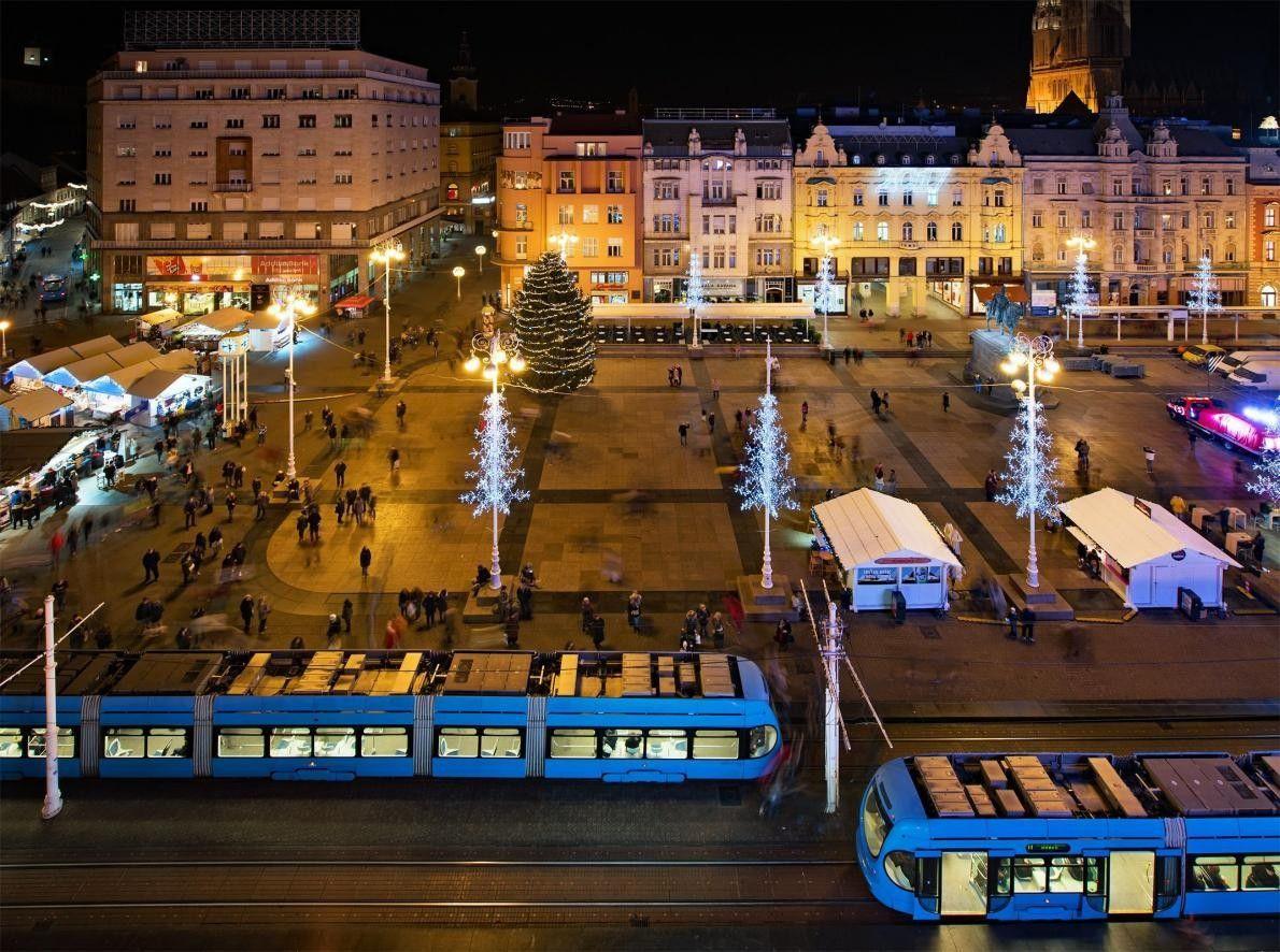 « La place Ban Jelačić à Zagreb, pendant la période de Noël. Cette scène a été ...