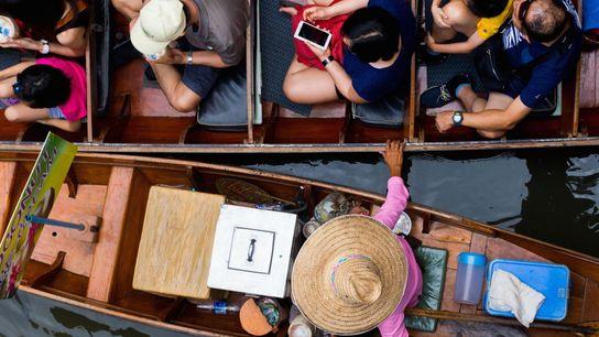 « Un marché flottant traditionnel près de Bangkok, rempli de boîtes en plastique, propose de la ...