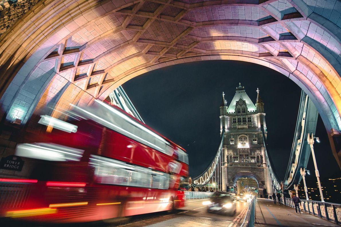 « Un extrait de la vie londonienne réunissant quelques-uns de ses emblèmes les plus reconnaissables, Tower ...