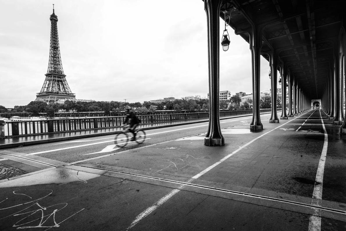 « Au petit matin, un cycliste traverse le pont de Bir-Hakeim, avec la tour Eiffel pour ...