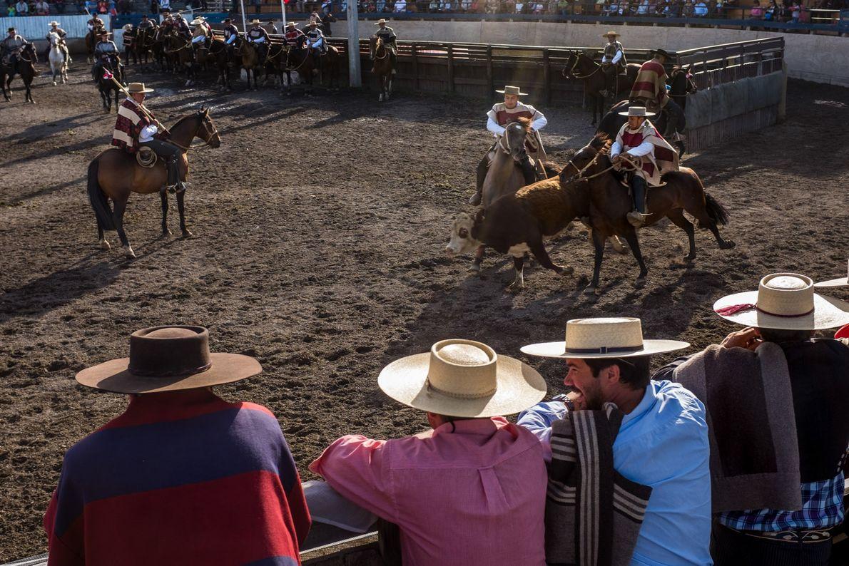 Les locaux assistent à un rodéo lors d'une foire rurale dans la ville de Coyhaique.