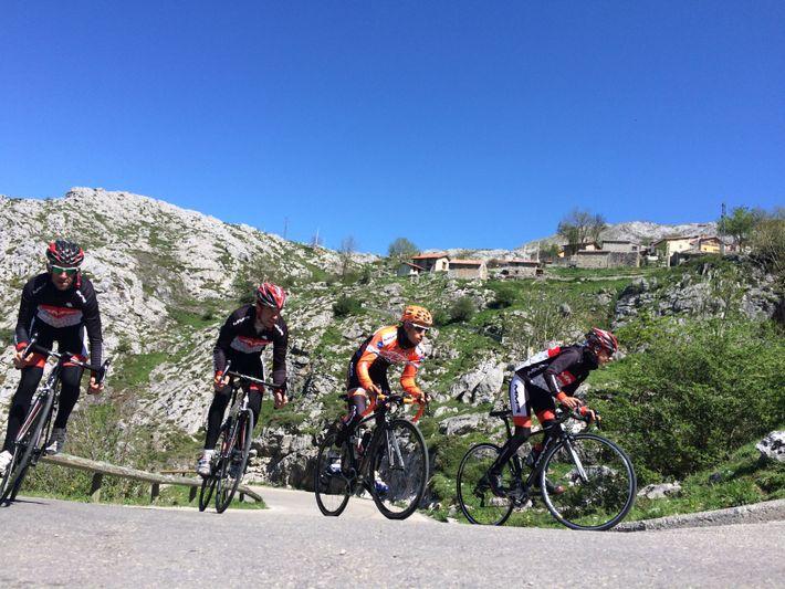 Les cyclistes montent au village de Sotres sur une partie montagneuse pittoresque de la course sur ...