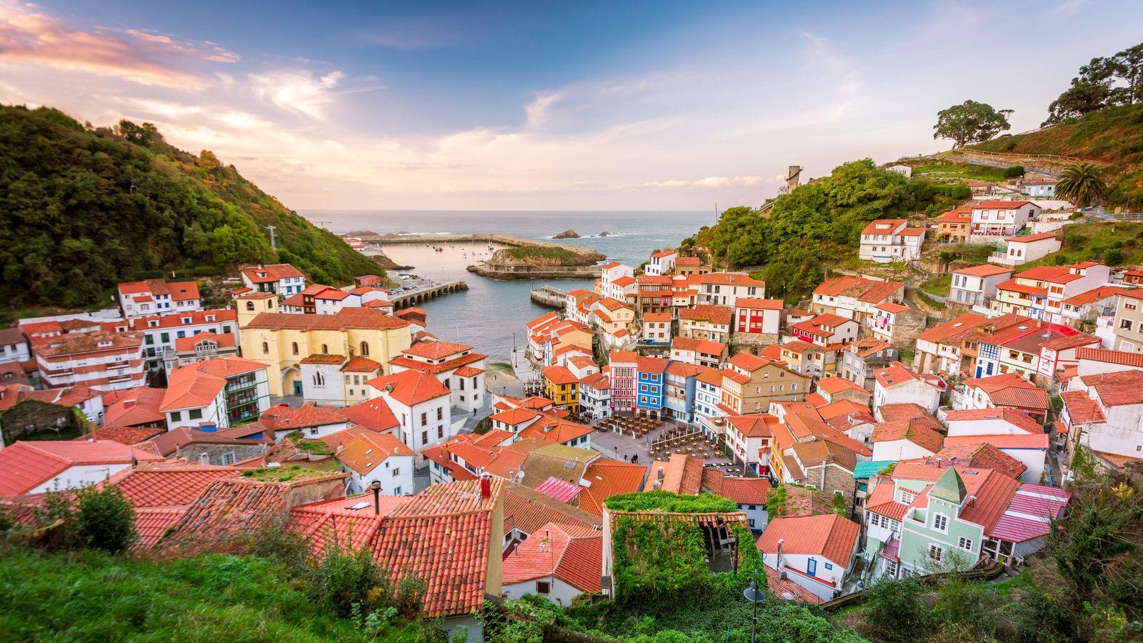Connu pour ses maisons à flanc de falaise peintes de couleurs vives au-dessus d'une marina étincelante, ...
