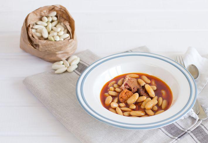 Fabada asturiana est le plat traditionnel de la région, un ragoût rustique de haricots blancs et ...