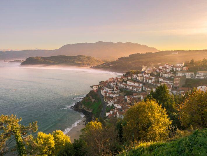 Surplombant le golfe de Gascogne, Llastres (Lastres) est un exemple des villes côtières des Asturies, avec ...