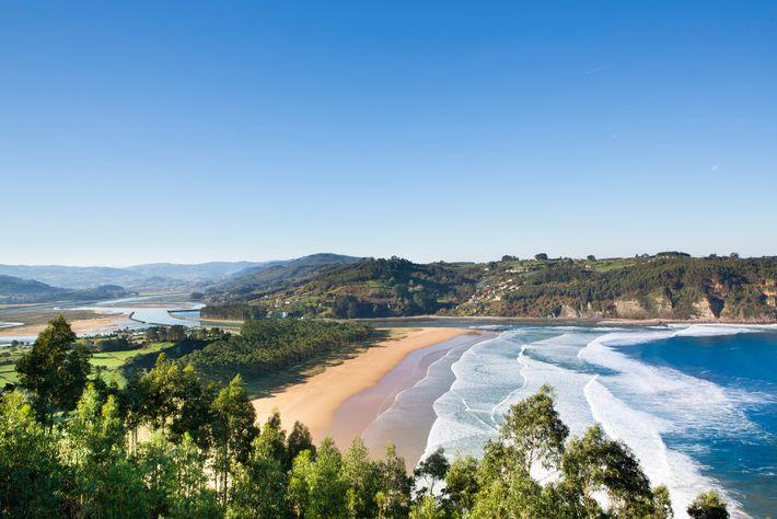 La côte asturienne s'étend sur environ 400 km et quelques 200 plages, où l'on retrouve la crique de ...