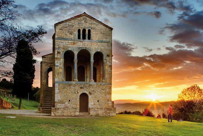 Construite à flanc de montagne par le roi Ramiro I au IXe siècle, Santa María del Naranco ...