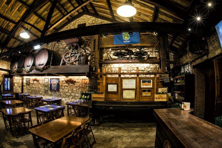Les Sidrerías sont des établissements asturiens classiques, où le cidre naturel est versé selon la coutume ...