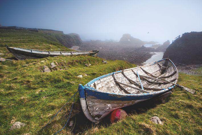 Les pêcheurs de l'île hissent leurs barques, appelées yoals, sur les plages et les calent dans des ...