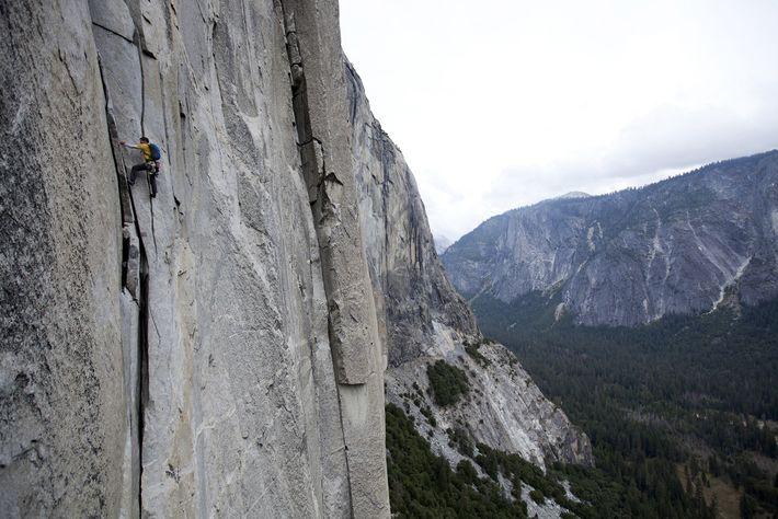 Alex Honnold gravit en solo The Nose, une voie d'escalade de la formation rocheuse d'El Capitan, ...