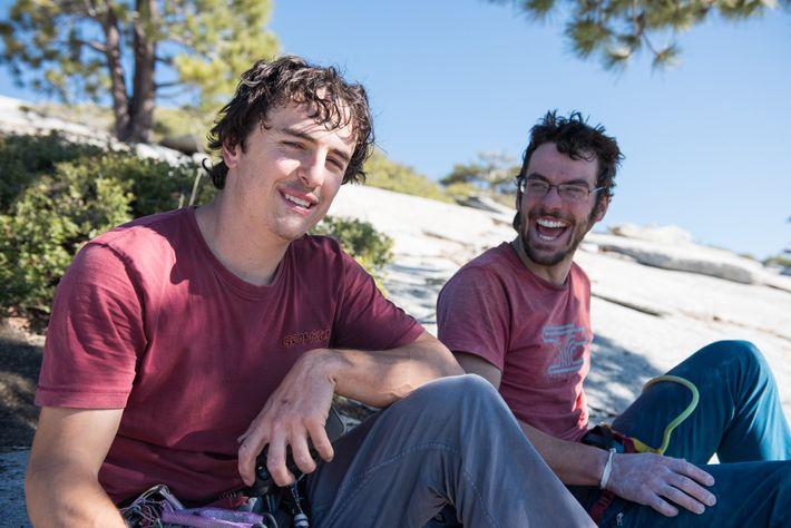 Brad Gobright et Jim Reynolds se reposent au sommet d'El Capitan suite à leur ascension réussie.