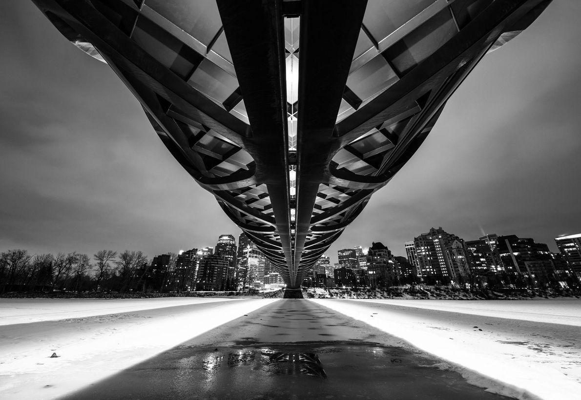 À Calgary au Canada, le Peace Bridge s'étend au-dessus de la rivière Bow.