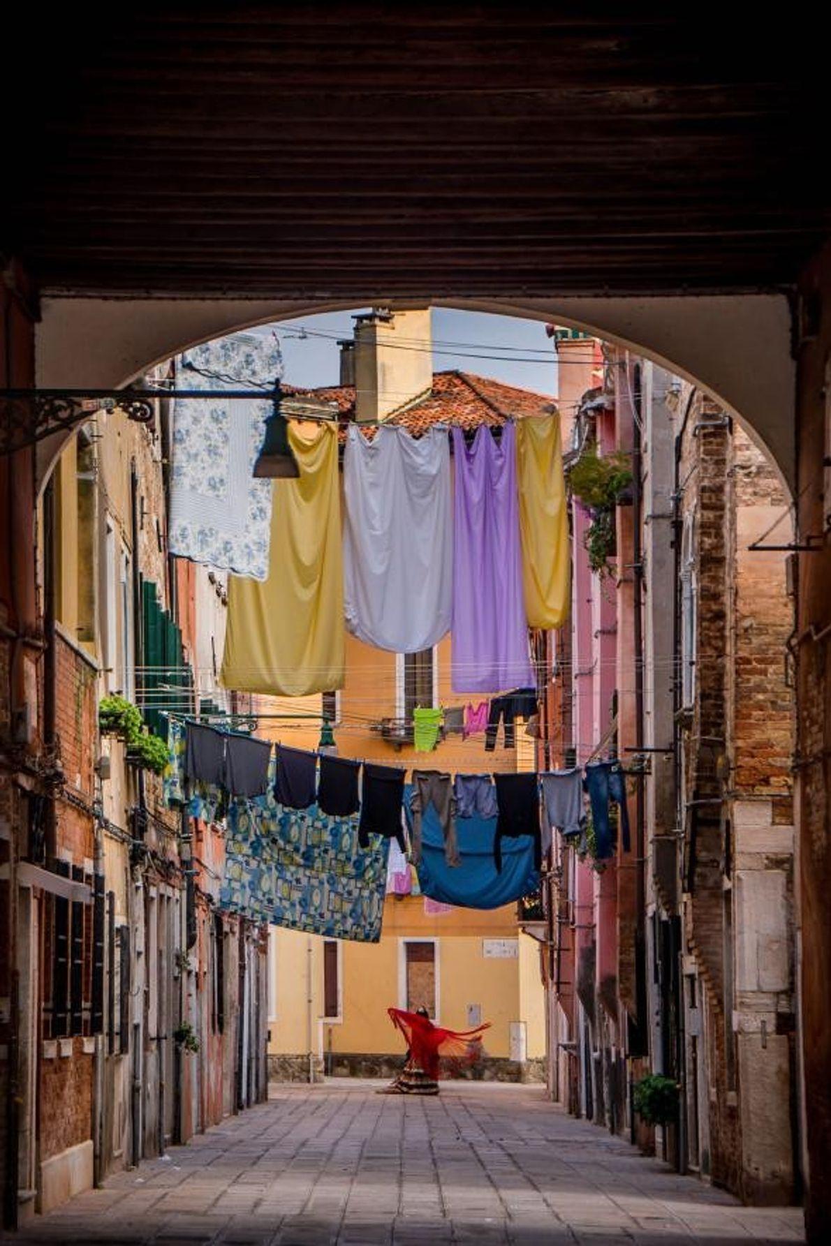 Une femme danse dans les rues de Venise, en Italie.